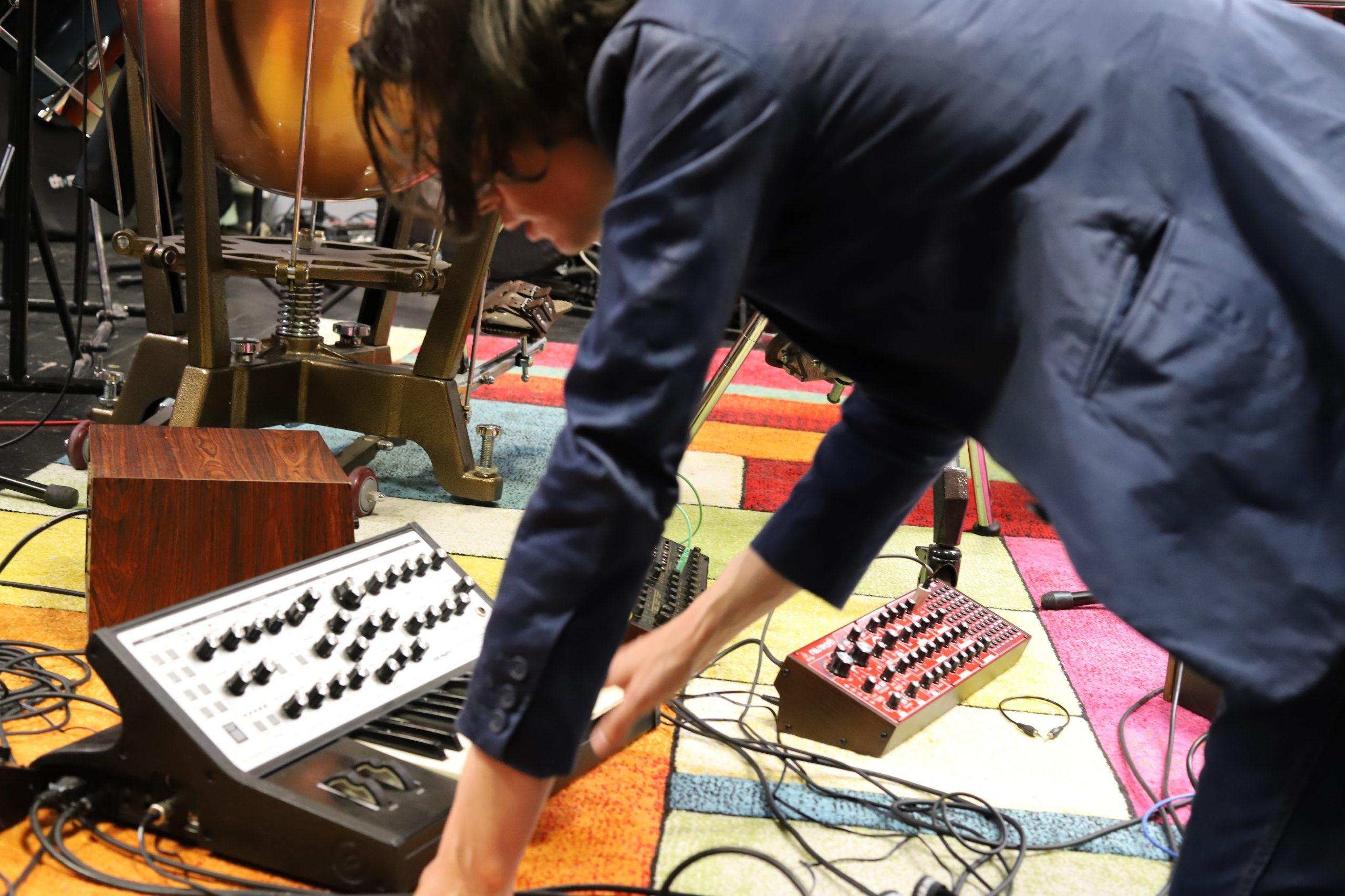 Tristan Faustt jouant des synthétiseurs pendant une résidence à Art Zoyd Studios