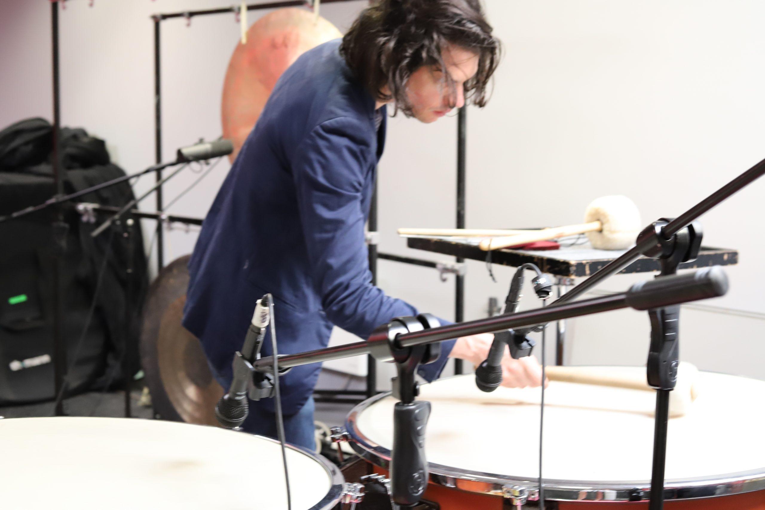 Tristan Faustt jouant des timbales pendant une résidence à Art Zoyd Studios